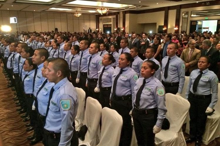 Nuevos guardias de Presidios no serán asignados a ninguna prisión sino que continuarán su capacitación. (Foto Prensa Libre: Esbin García)