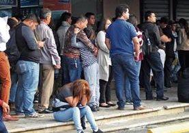 Miles de guatemaltecos residentes en el país y en el extranjero pasan contratiempos por falta de pasaportes y DPI. (Foto Prensa Libre: Hemeroteca)