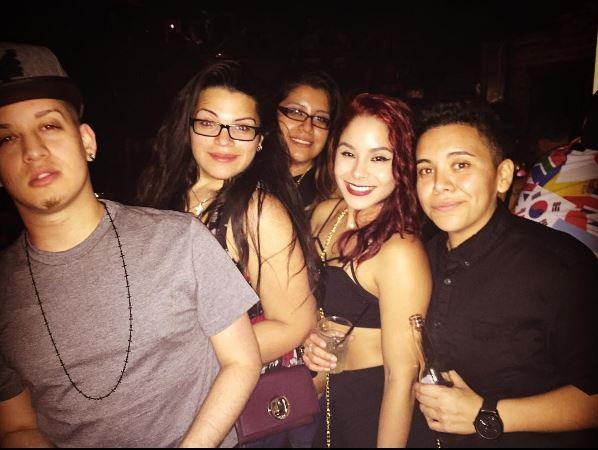 Amanda Alvear (segunda de izquierda a derecha), en otra fiesta con amigos. (Foto: Instagram).