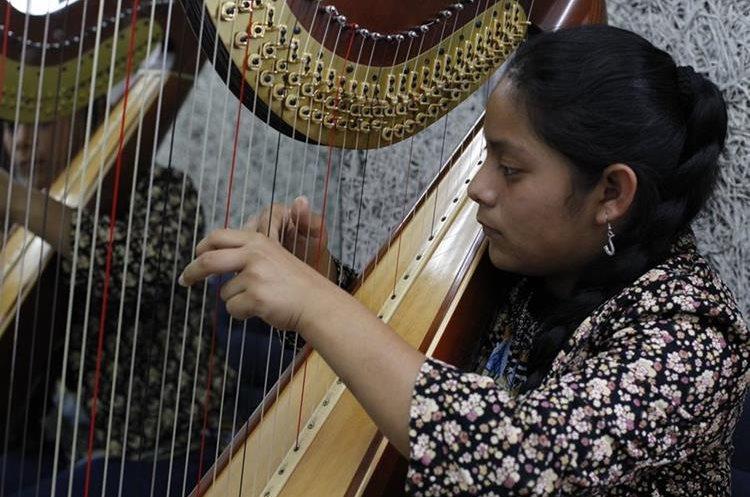 En el Conservatorio también se enseña a tocar arpa. (Foto Prensa Libre: Paulo Raquec)