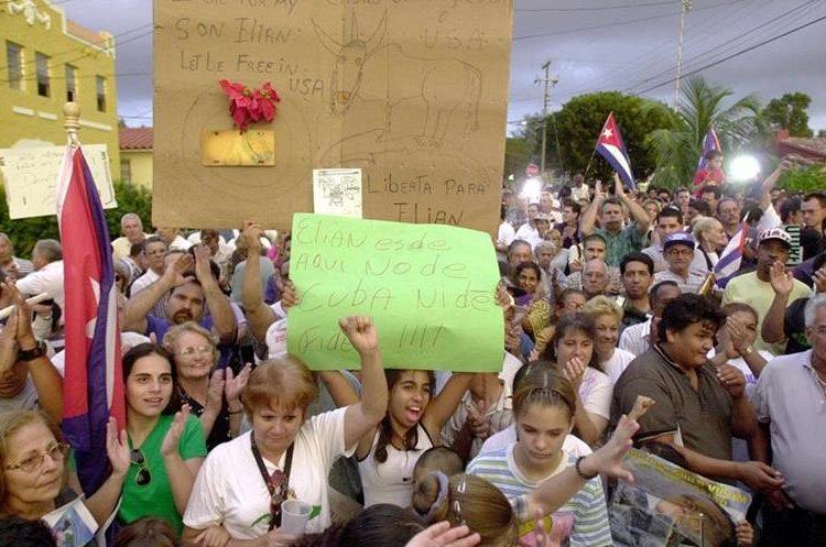 Protestas en Estados Unidos apoyando la permanencia de Elián González con la familia de su madre en Miami. (Foto: AFP)
