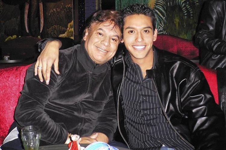 Juan Gabriel en compañía de su hijo Iván (Foto Prensa Libre: Revista People).