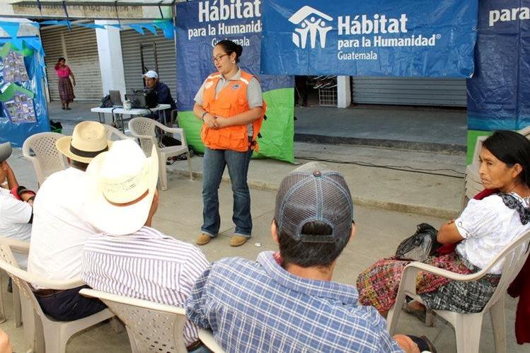 Personal de Conred de Quiché explica a vecinos de Uspantán cómo identificar áreas vulnerables a desastres naturales. (Foto Prensa Libre: Óscar Figueroa)