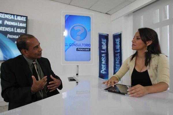 <p>El médico Margarito Castro conversa con la periodista Verónica Gamboa, durante El Consultorio.</p>