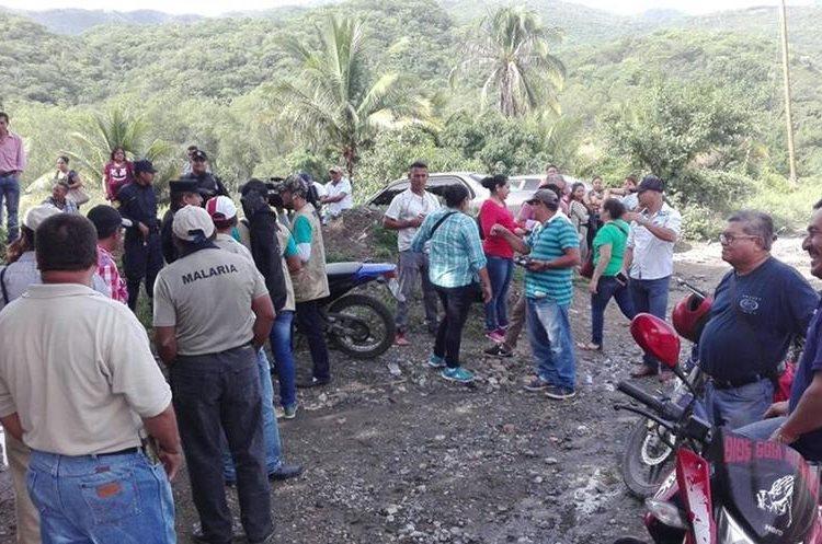 Agentes de la PNC impidieron que salubristas bloquearan en km 71, Guastatoya, El Progreso. (Foto Prensa Libre: Hugo Oliva)