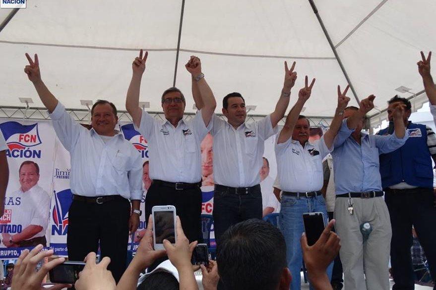 Edgar Justino Ovalle Maldonado festeja junto a Jimmy Morales y Jafeth Cabrera, en una actividad de FCN. (Foto Prensa Libre: Facebook)