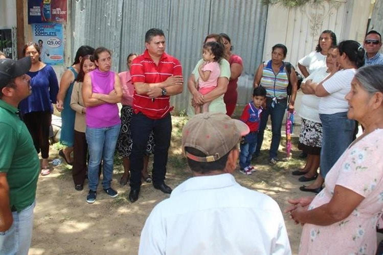 Vecinos de las zonas 4 y 6 de Huehuetenango se reúnen para denunciar a personeros de la empresa encargada de la instalación de antenas. (Foto Prensa Libre: Mike Castillo)