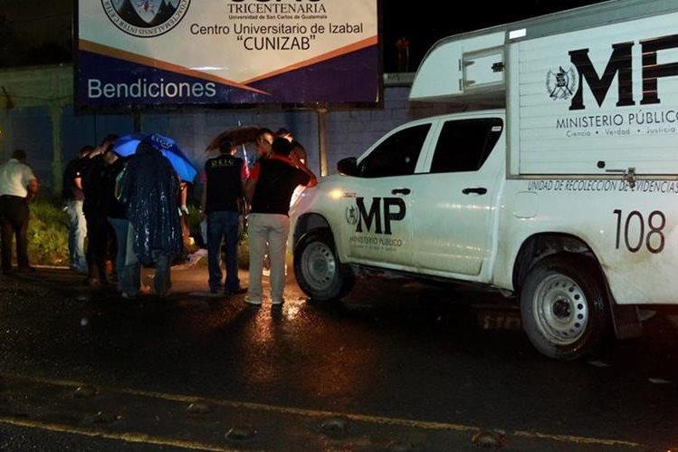 Peritos del MP resguardan el cadáver del guardia de seguridad, Sabino Sacúl, que fue ultimado en el kilómetro 292 de la ruta al Atlántico, Puerto Barrios, Izabal. (Foto Prensa Libre: Dony Stewart)