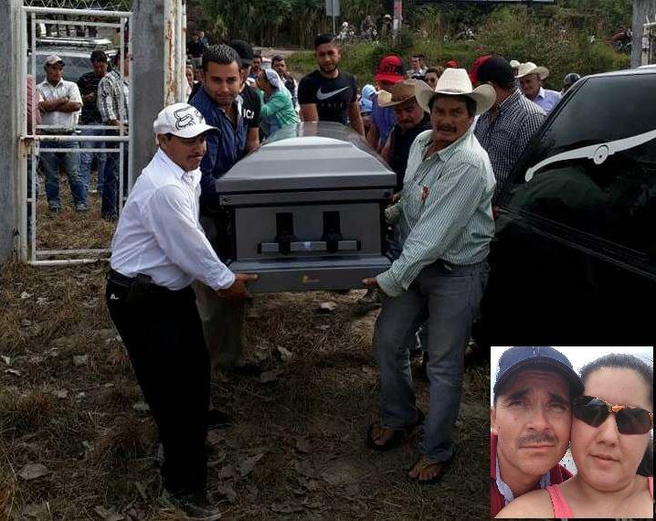 Los restos de Nelson Guzmán Cuellar son llevados por amigos al cementerio de Olopita, aldea de Esquipulas. La pareja (en el recuadro) tenía 10 años de vivir en Estados Unidos. (Foto Prensa Libre: Mario Morales)