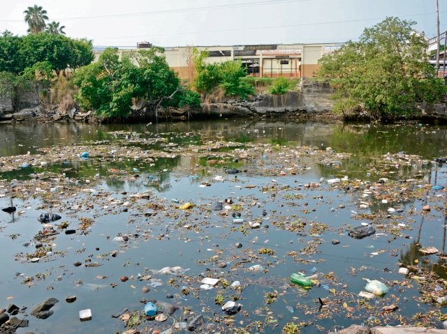 Contaminación en el canal de Chiquimulilla. (Foto Prensa Libre: Hemeroteca PL)