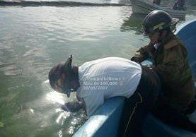 Los Bomberos Voluntarios de Villa Canales localizaron el cuerpo en el Lago de Amatitlán. (Foto Prensa Libre: PampichiNews)