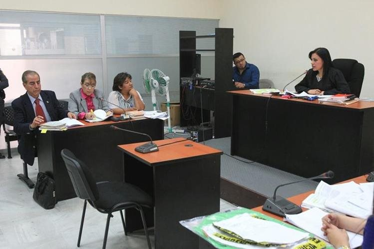 La jueza Rosmery López lee su análisis jurídico y se inhibió de conocer el caso contra Blanca Stalling. (Foto Prensa Libre: Esbin García)