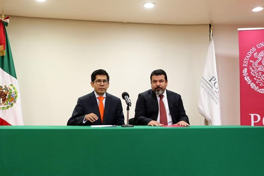 El subprocurador de Derechos Humanos de la Procuraduría General de la República Eber Betanzos (i) y el experto en fuego Ricardo Damián Torres (d) en la conferencia de prensa del viernes cuando anunciaron los hallazgos. (Foto Prensa Libre: EFE).