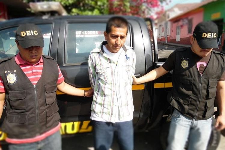 Agentes de la PNC trasladan a prisión a Julio César Romeo Rivera, presunto estafador, en San Felipe, Retalhuleu. (Foto Prensa Libre: Jorge Tizol)