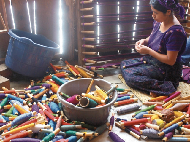 Los visitantes de los sitios turísticos de la zona podrán observar la forma en que tejen las mujeres y los coloridos hilos que utilizan en sus creaciones.