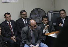 Enrique Ríos Sosa, de lentes y bigote en la segunda fila, junto a ocho militares en la audiencia del 27 de septiembre de 2013, donde el juez Villatoro los exculpa del desfalco millonario. (Foto Prensa Libre: Álvaro Interiano)