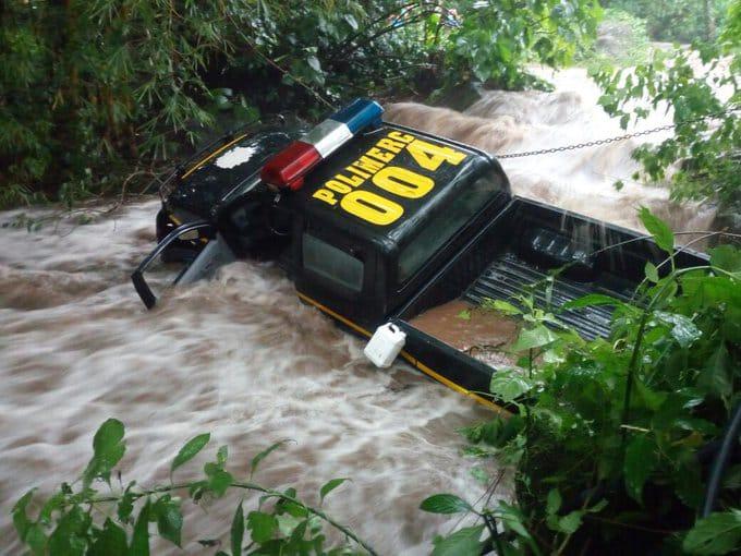 Así quedó la patrulla en donde viajaban los agentes y un grupo de vendedoras. (Foto Prensa Libre: Cortesía)