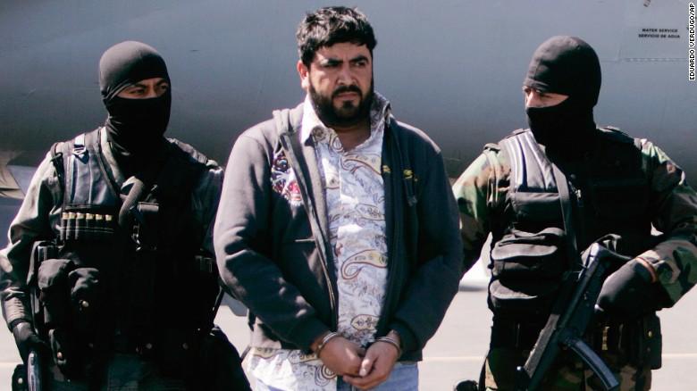 Alfredo Beltrán Leyva es escoltado por la Policía mexicana durante su arresto en el 2008.