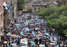 Vecinos de Quetzaltenango se concentran en el centro de la ciudad para protestar contra la corrupción y la impunidad. (Foto Prensa Libre: Raúl Juárez)