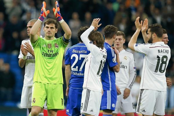Iker Casillas junto a sus compañeros del Real Madrid, aplauden a los aficionados en el Santiago Bernabéu. (Foto Prensa Libre/AP)