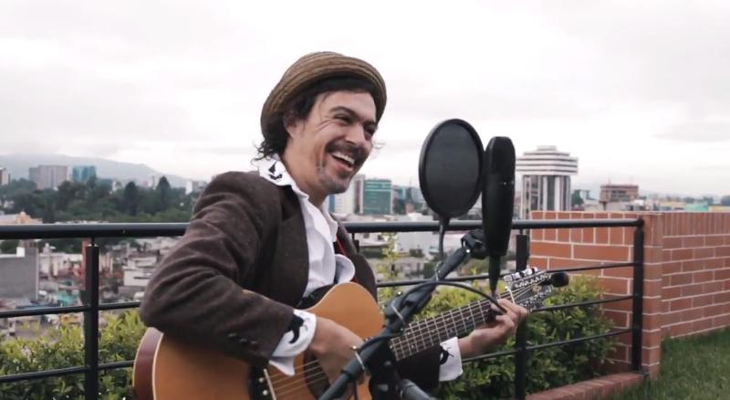 Ishto Juevez es uno de los artistas que ha dejado su música en las Sesiones Sandía, un espacio de expresión (Foto Prensa Libre: YouTube).