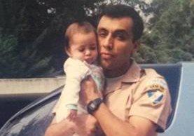 Byron Lima carga en sus brazos a su hija quien ahora se despide de él. (Foto Prensa lIbre: facebook)