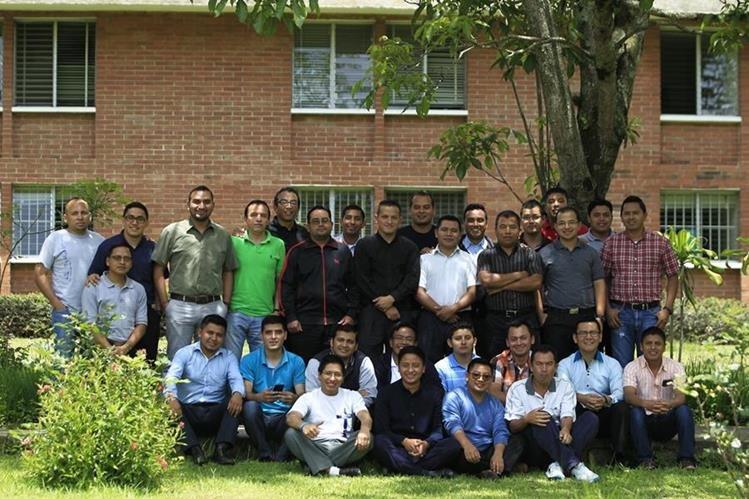 Grupo de estudiantes del tercer año de Teología del Seminario Mayor de la Asunción. (Foto Prensa Libre: Carlos Hernández)