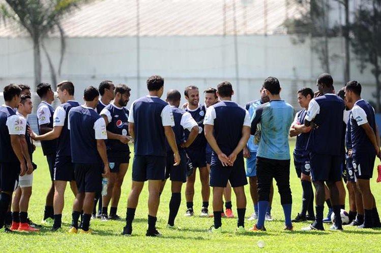 Buen ambiente se percibió en el entrenamiento matutino de la Selección Nacional en el Proyecto Goal, y con optimismo para el juego de esta noche. (Foto Prensa Libre: Francisco Sánchez)