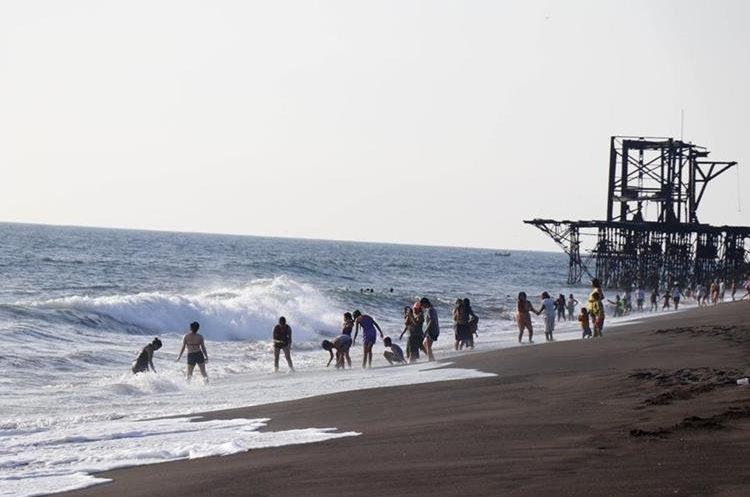 Turistas disfrutan de la playa en Champerico, Retalhuleu. (Foto Prensa Libre: Rolando Miranda)