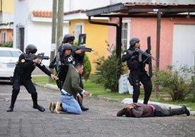 Momento en que agentes someten a los pandilleros en un operativo en Sumpango. (Foto: PNC)