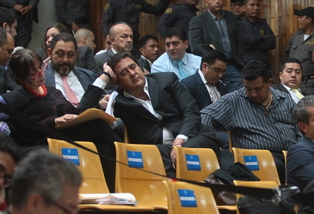 Gustavo Alejos, señalado de financiamiento ilícito,  escucha a los defensores en  la audiencia. (Foto Prensa Libre: Álvaro Interiano)