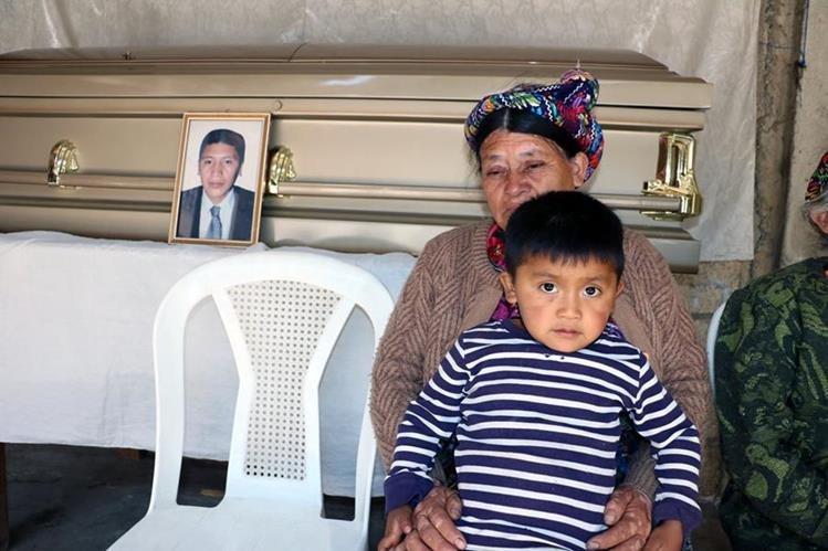 La madre de Sánchez Tomás y Dilan, 3, hijo del migrante fallecido, durante el velorio. (Foto Prensa Libre: Carlos Ventura)