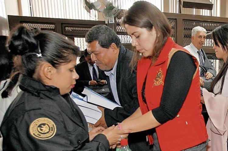 guardia retira grilletes a Elky Jiovana Portillo Narváez, en el Juzgado de Mayor Riesgo B.