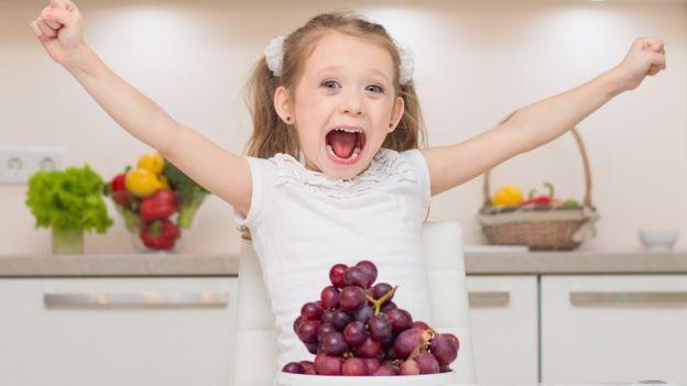 La solución es partir las uvas en dos o en cuatro. (Foto, Thinkstock)