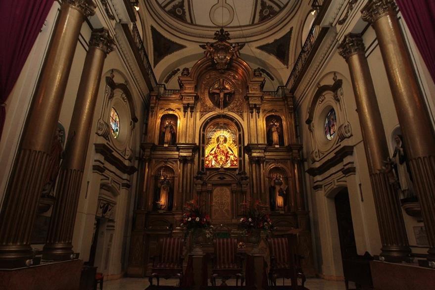 En el retablo, acompañan a la Virgen del Rosario, las imágenes de los santos: Domingo de Guzmán, Vicente Ferrer, Alberto Magno y Tomás de Aquino.  (Foto Prensa Libre: Edwin Castro).