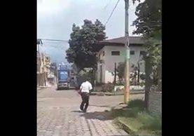 Agente de la Policía Municipal de Coatepeque es grabado en aparente estado de ebriedad. (Foto Prensa Libre)