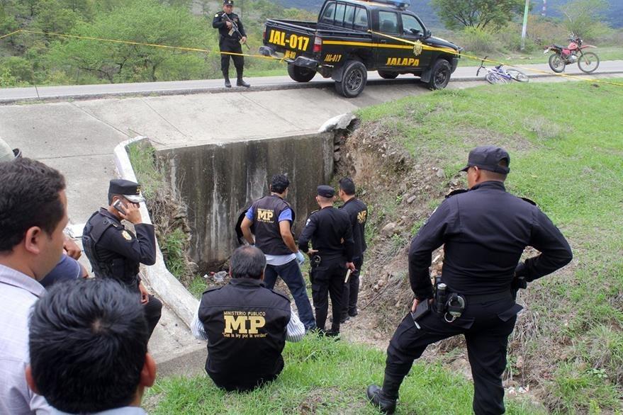 Las autoridades investigan el hallazgo y tratan de ubicar a la madre del bebé. (Foto Prensa Libre: Hugo Oliva)