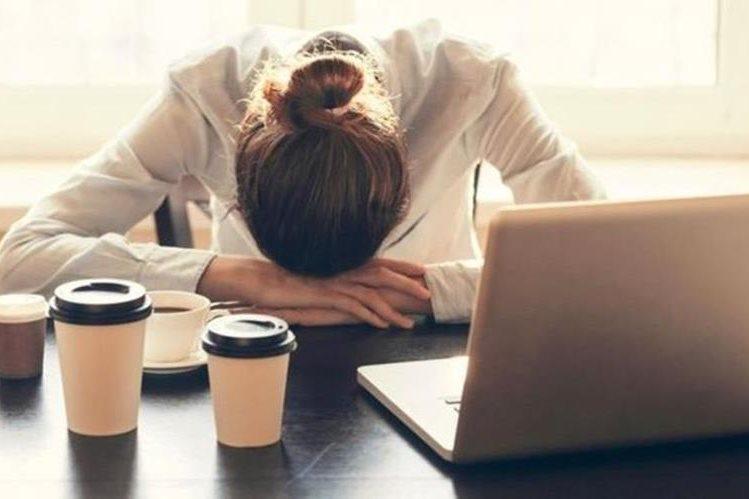 Numerosos estudios dicen que la falta de sueño afecta seriamente el rendimiento de una persona en el trabajo. (THINKSTOCK)