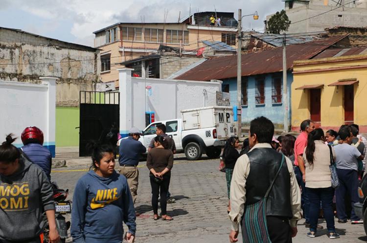Curiosos en la escena del crimen donde un piloto fue asesinado. (Foto Prensa Libre: Carlos Ventura)