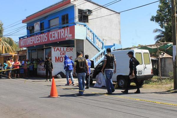 <p>El cadáver del comerciante quedó a pocos metros de su negocio. (Foto Prensa Libre: Enrique Paredes)</p>