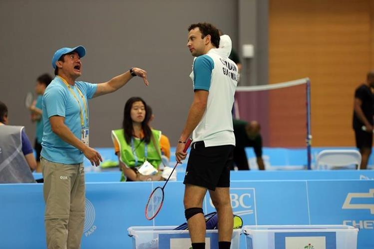Kevin Cordón recibe instrucciones de su entrenador, José María SolÍs, en uno de los duelos en Toronto. (Foto Prensa Libre: Cortesía COG)
