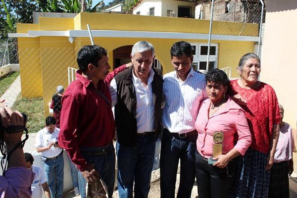 """<p>Erick Barrondo y sus padres conversan con el gobernante. (Foto Prensa Libre: Eduardo Sam)<br _mce_bogus=""""1""""></p>"""