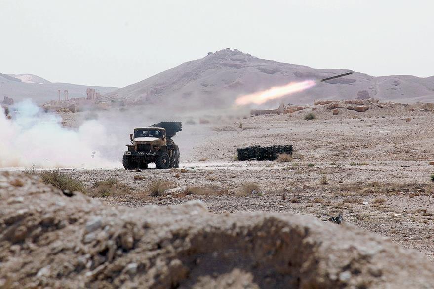 Un misil sirio es lanzado durante combates en la ciudad de Palmira. (Foto prensa Libre:EFE).