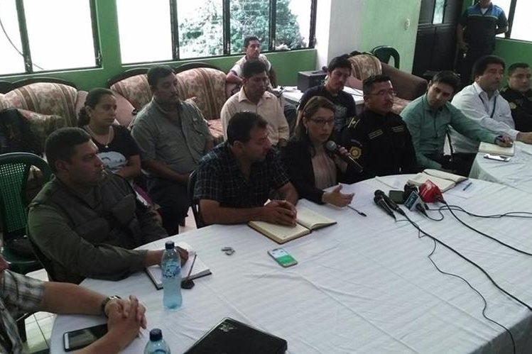 Autoridades hacen el anuncio sobre los patrullajes combinados entre el Ejército y la PNC, en Flores Costa Cuca. (Foto Prensa Libre: Alexánder Coyoy).