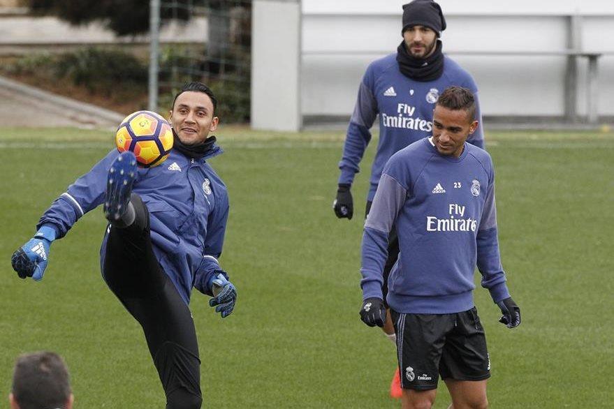 Benzema observa el control de balón del guardameta Keylor Navas, ante la presencia de Danilo, otro de los jugadores señalados por la afición. (Foto Prensa Libre: EFE)