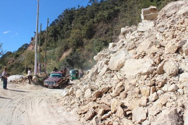 <p>Debido a que personal no está disponible a causa del asueto, la comuna  de Concepción contratró maquinaria para despejar uno de los dos  carriles. (Foto Prensa Libre: Édgar René Sáenz).</p>