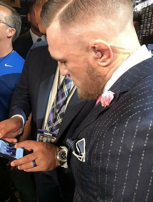 El atleta irlandés llegó vestido impecable a la presentación de la pelea contra Mayweather. (Foto Redes).