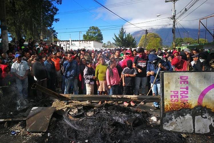 Pobladores de Santa Elena Barillas, Villa Canales, aseguran que no han recibido agua entubada durante casi tres meses. (Foto Prensa Libre: Estuardo Paredes)