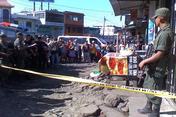 """<p>La víctima fue acribillada donde tenía su puesto de venta de comida. (Foto Prensa Libre: Melvin Sandoval)<br _mce_bogus=""""1""""></p>"""