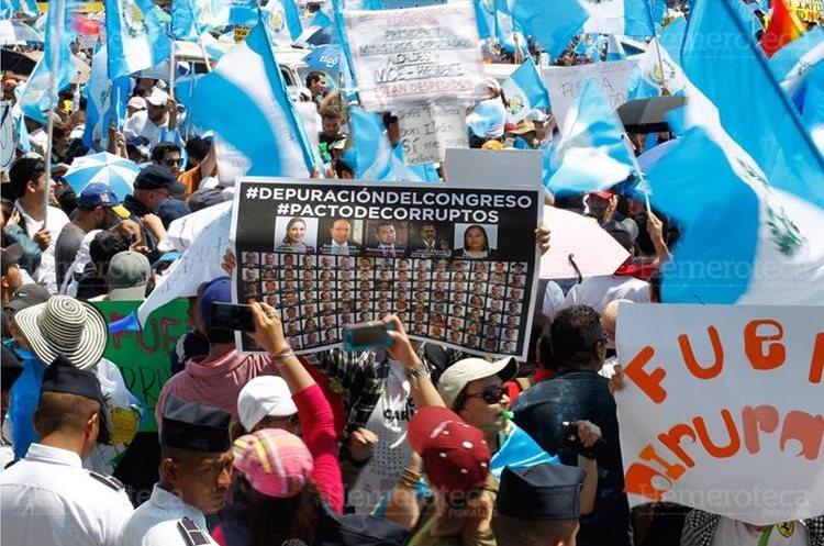 Miles de guatemaltecos, entre estudiantes e integrantes de la sociedad civil, participan en marchas, en apoyo al Paro Nacional y reclamar la renuncia de diputados, del presidente Jimmy Morales y reformas a la Ley Electoral y de Partidos Políticos. 20/9/2017 (Foto: Hemeroteca PL)